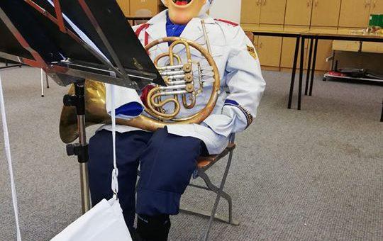 Ein neuer Musiker lädt alle Gäste zum Thumer …